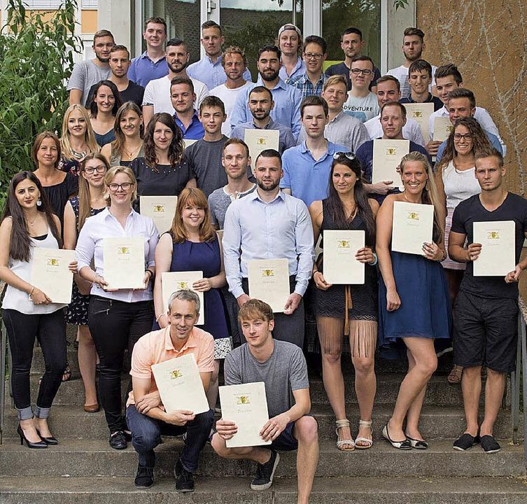 Die Absolventen des Berufskollegs mit  Fachhochschulreife   | Foto: ZVG