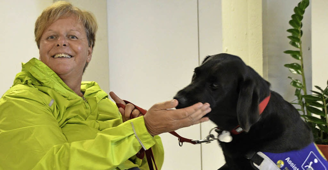 Beate Kellermann mit Assistenzhund Buffy   | Foto: Horatio Gollin