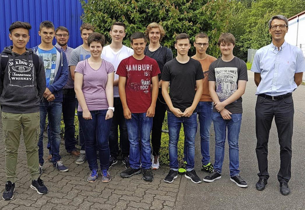 Die Klasse 2BFM1 der Schopfheimer Gewe...Herbster Hülsen im Gewerbegebiet Lus.     Foto: ZVG