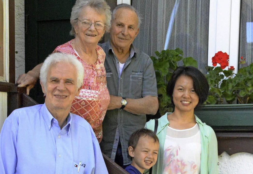 Lucia und Daniele Bertolotti (hinten) ...d und seine Ehefrau Judy Duan-Scheid.   | Foto: Steinfelder