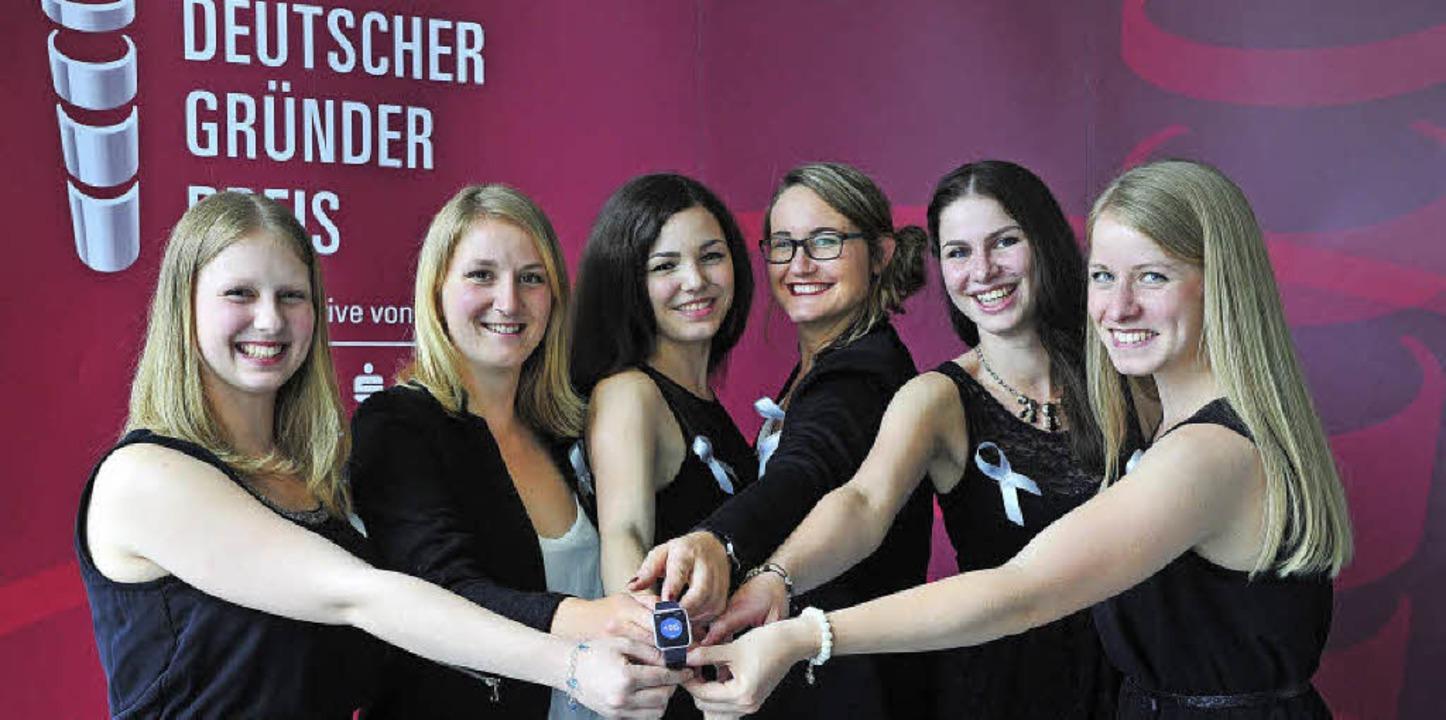Die Testo-Azubis (von links)  Jacqueli...s bei der Preisverleihung in Hamburg.     Foto: Klaus Knuffmann