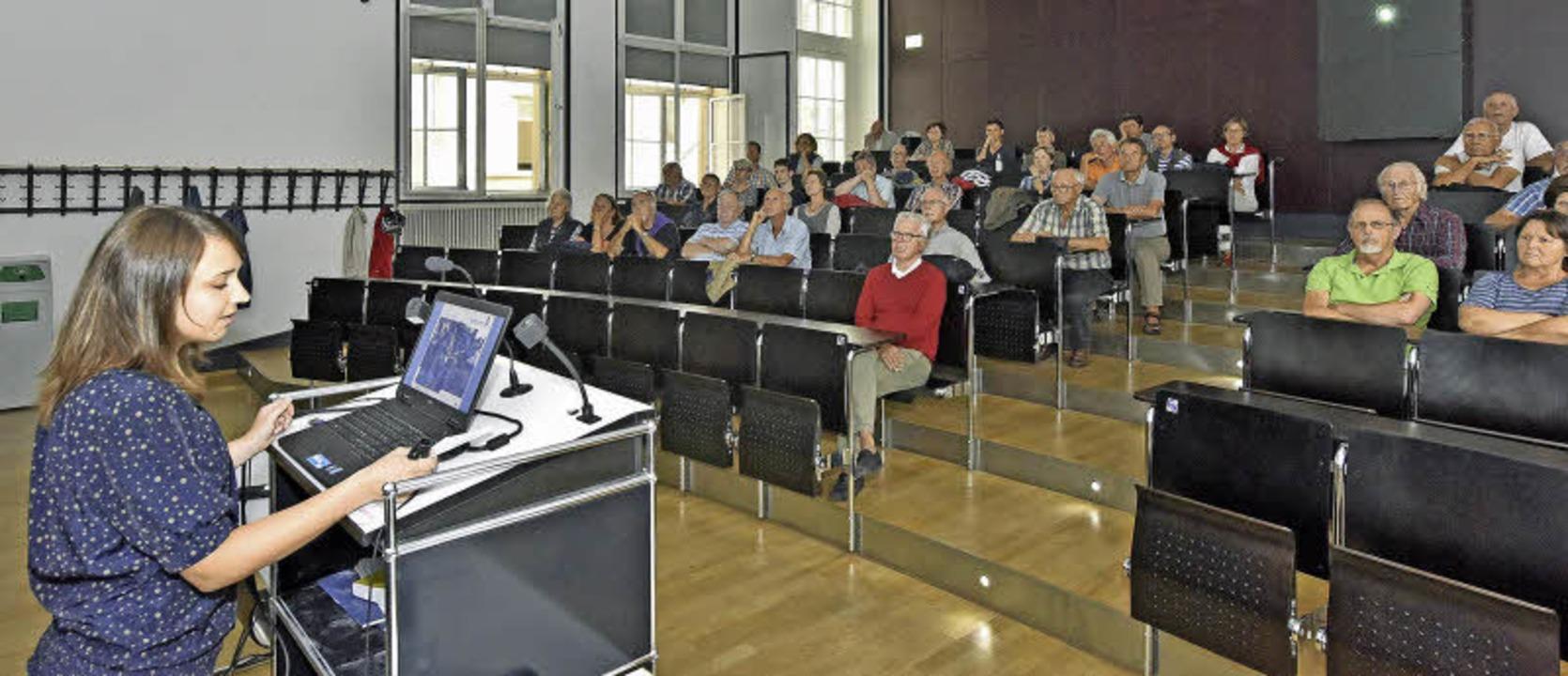 Meteorologin Sarah Jäger erklärt im Audimax der Uni BZ-Lesern das Wetter.    Foto: Michael Bamberger
