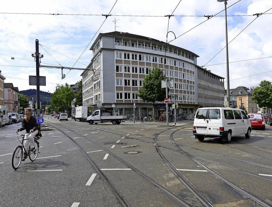 Stadtbildprägend und vielleicht abrissgefährdet: die Basler Straße 2   | Foto: Ingo Schneider