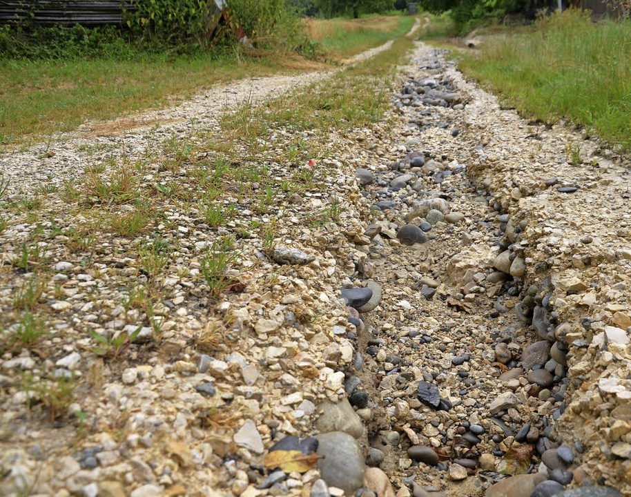 Vom Starkregen tief ausgewaschene Furc..., fand man im Huttinger Ortschaftsrat.  | Foto: Schopferer