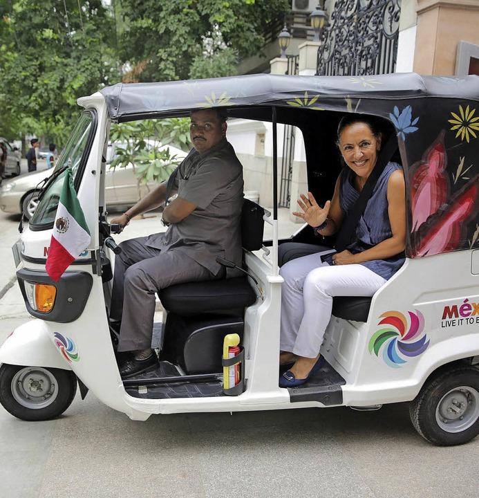 Botschafterin Melba Pría in der mexikanisch verzierten Motor-Rikscha   | Foto: DPA