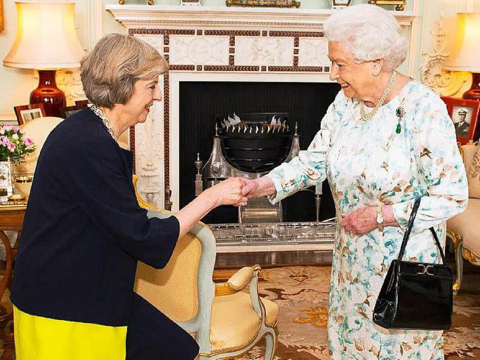 Theresa May beim Amtrittsbesuch bei de...eue Premierministerin das Kabinett um.  | Foto: dpa