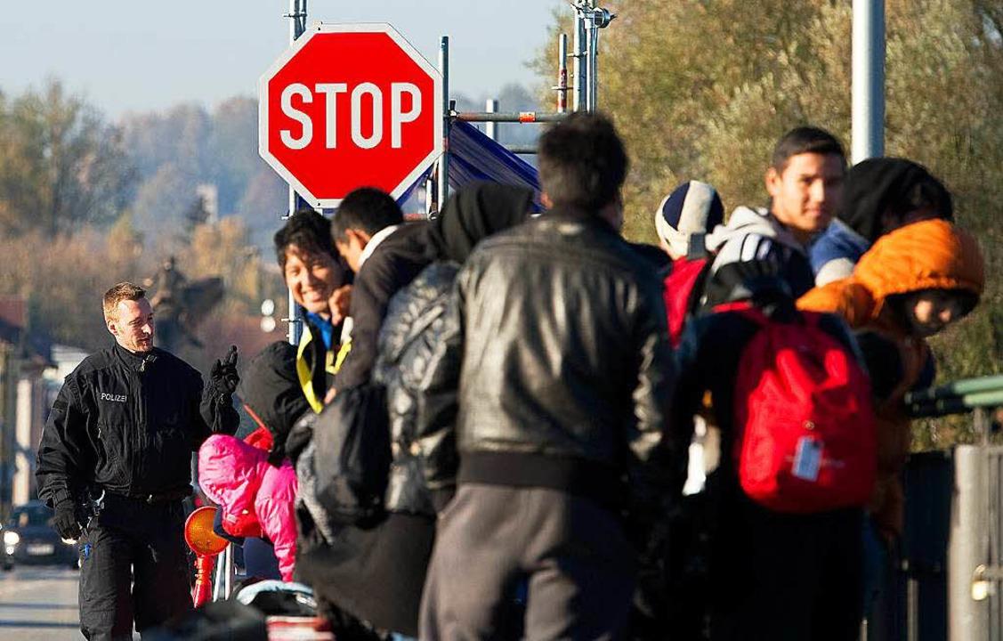 Flüchtlinge an der deutsch-österreichischen Grenze im Herbst 2015.  | Foto: dpa