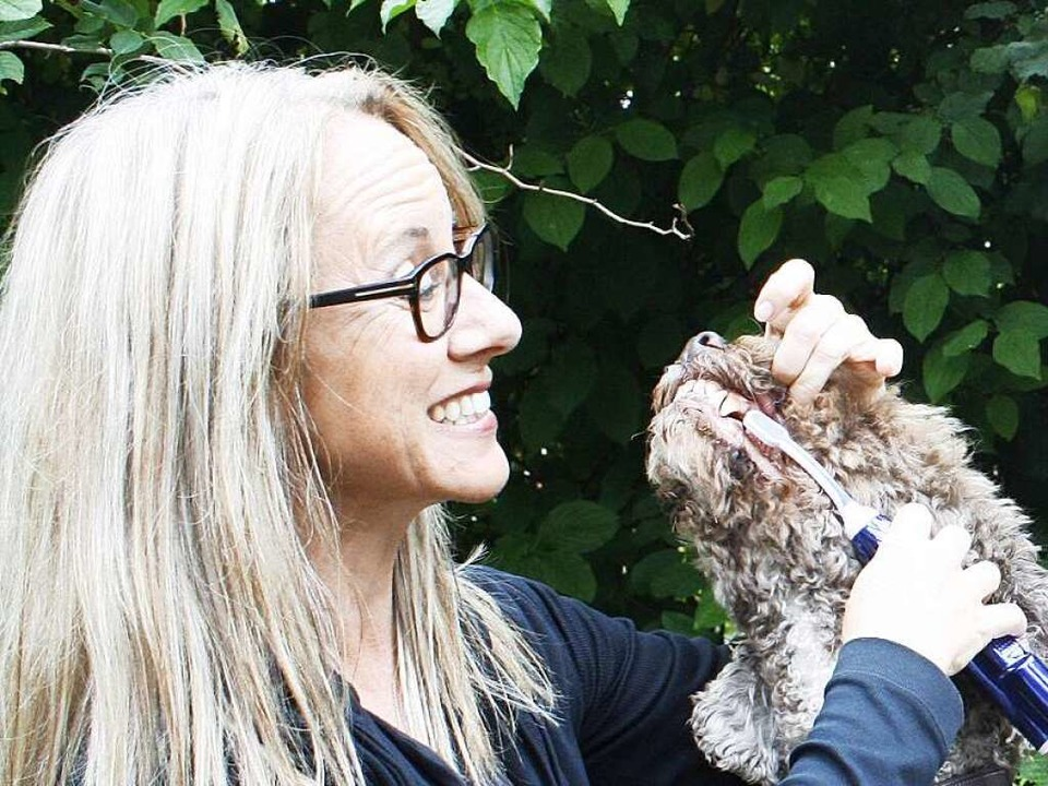 Nicola Kellner probiert die Spezialbürste an ihrem Hund aus.  | Foto: Jonas Hirt