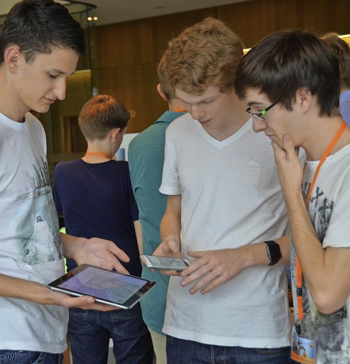 Die Teilnehmer des Schülerwettbewerbs ...mittag, um ihre Projekte vorzustellen.  | Foto: Sarah Beha