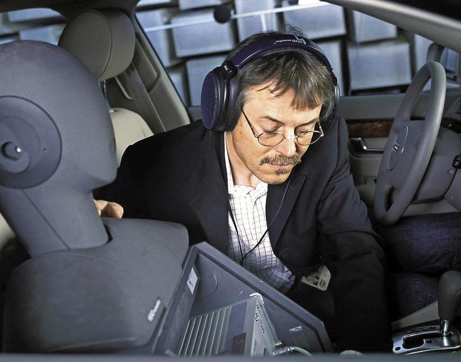 Aufmerksamer Besucher im Autokonzert:...n zur Geräuschmessung wird platziert.   | Foto: Audi/dpa