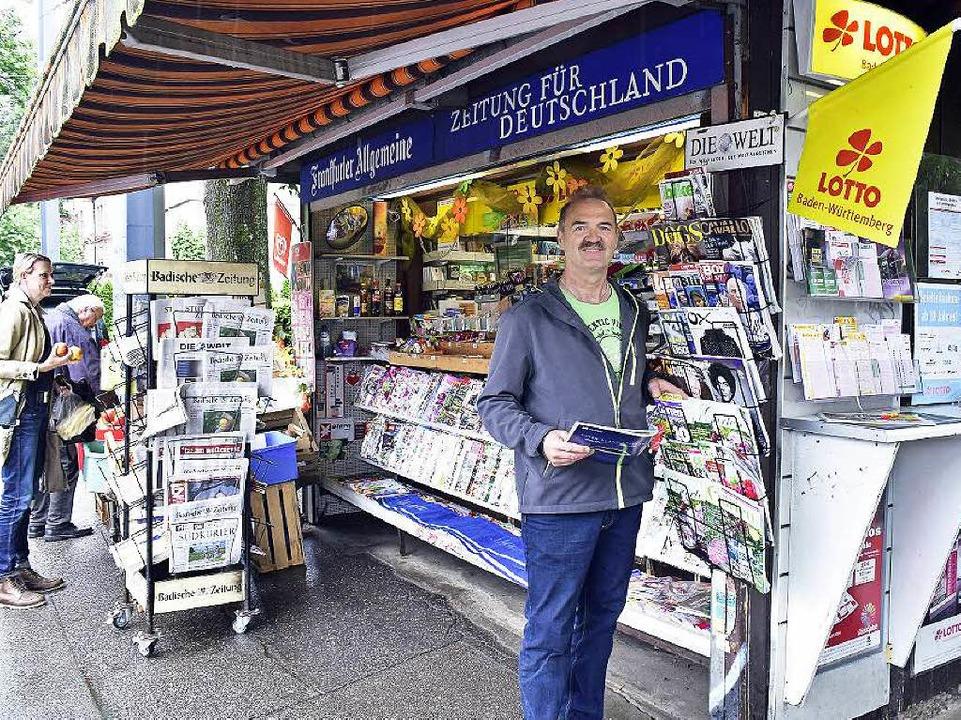 Franz-Josef Kiefer vor seinem Kiosk in der Günterstalstraße.  | Foto: Thomas Kunz