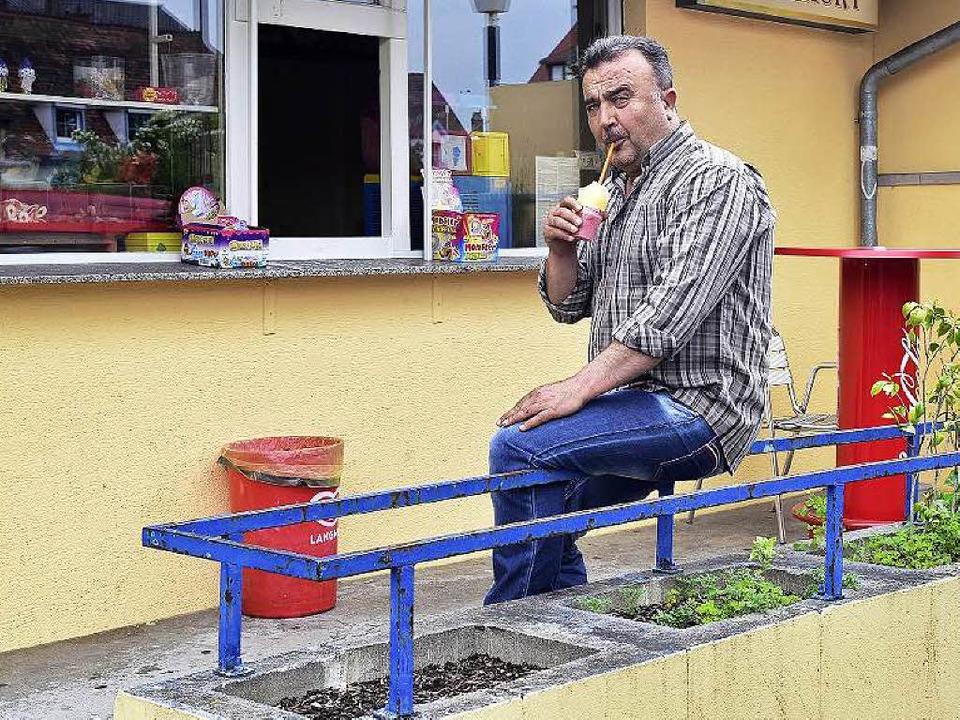 Mustafa Bozkurt vor seinem Kiosk in der Damaschkestraße.    Foto: Thomas Kunz