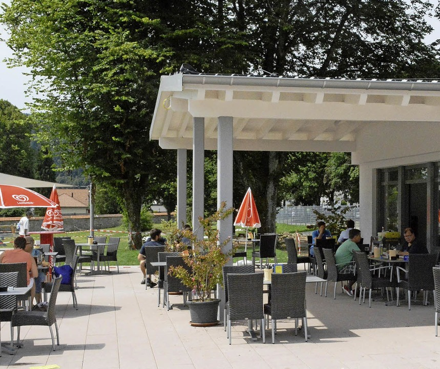 Gemütlich können Badegäste und Besucher im Restaurant Platz nehmen.     Foto: Steinfelder