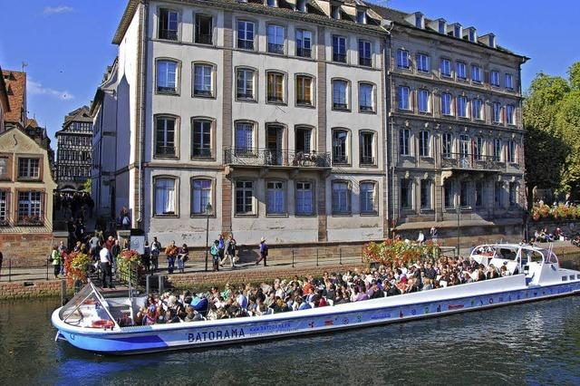 800 000 erkunden Straßburg vom Boot aus