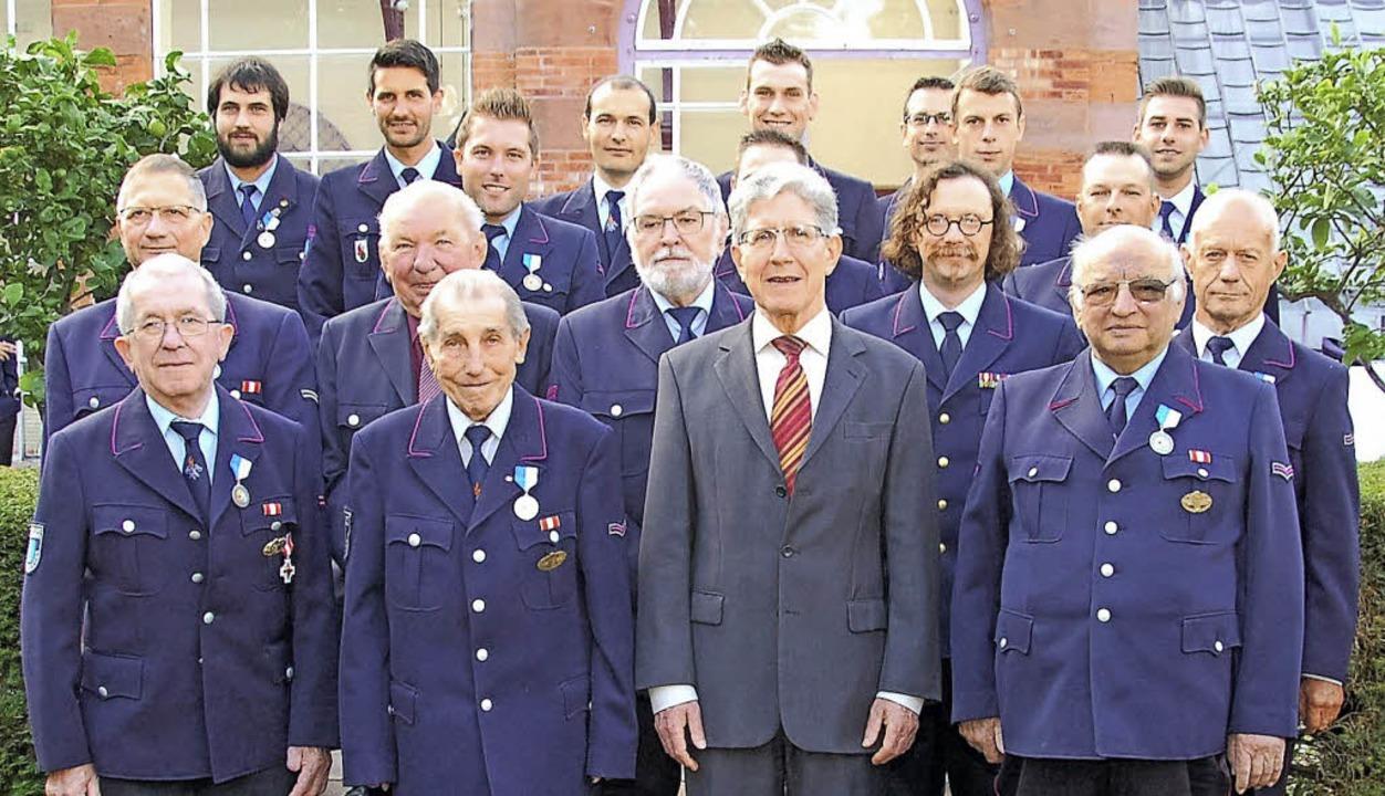 Oberbürgermeister Wolfgang G. Müller (...n Feuerwehrmitglieder  ausgezeichnet.     Foto: Wolfgang Beck