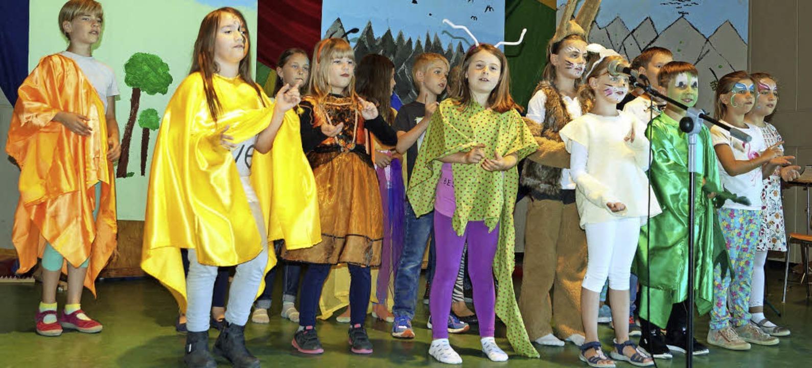 Die Viertklässler der Gundschule Kande... singende und tanzende Waldtiere auf.   | Foto: Silke Hartenstein