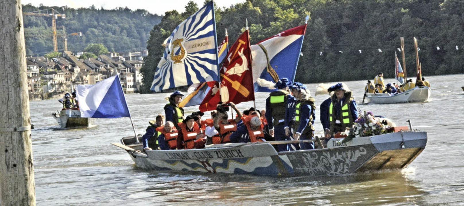 Gleich legt das Langboot des Limmat-Clubs Zürich an der Schifflände an.    Foto: Heinz Vollmar