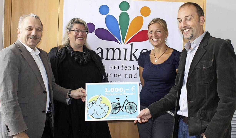 Bei der Spendenübergabe (von links) Mi...Marlen Geheeb  und Joachim Schlageter     Foto: Albert Greiner