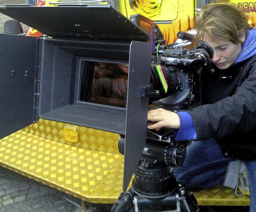 Bei der Arbeit: Die links zu sehenden Filmszenen hat Anja Läufer aufgenommen.     Foto: Nicolai Mehring/privat
