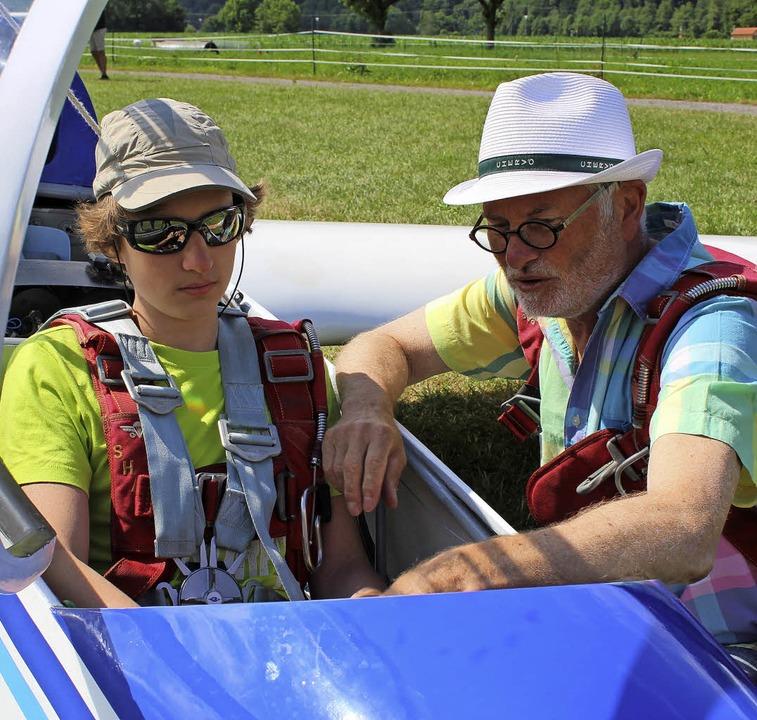 Gerd Schütt gibt dem Flugschüler letzte Tipps vor dem Start.     Foto: Erich Krieger