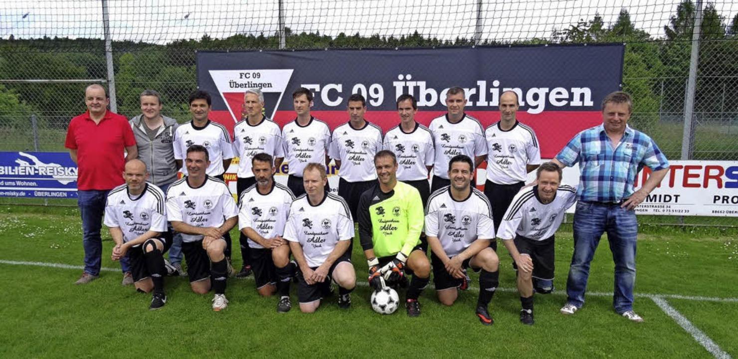 So sehen Sieger aus: Die Alten Herren ...ach-Yach vor dem Finale in Überlingen.  | Foto: Verein