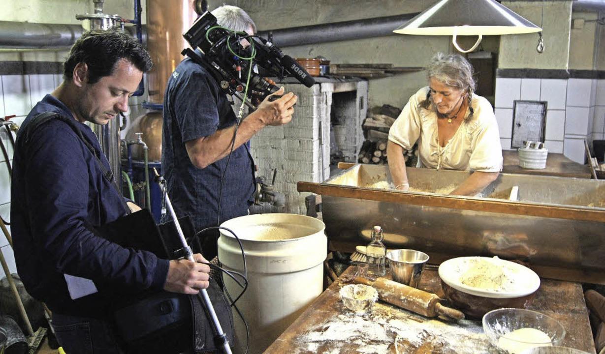 Regisseur Jonas Gerstl, mit Kameramann...ndler bei Helga Wisser im Gutmannhof.   | Foto: roland Gutjahr