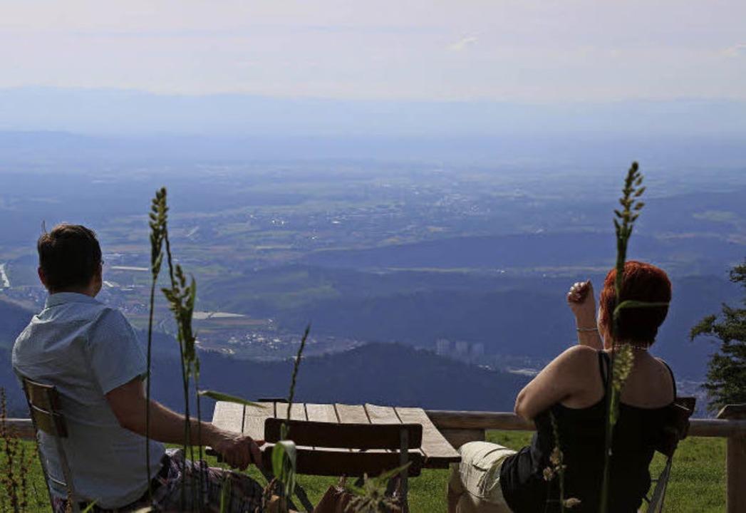 Ausflügler und Wanderer genießen die schöne Aussichten und die Ruhe.    Foto: Karin Heiß