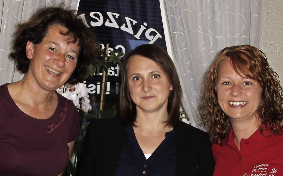 Anja Strittmatter, Beirätin, und Kira ...assiererin Evita Fechtig in die Mitte.  | Foto: Cornelia Selz