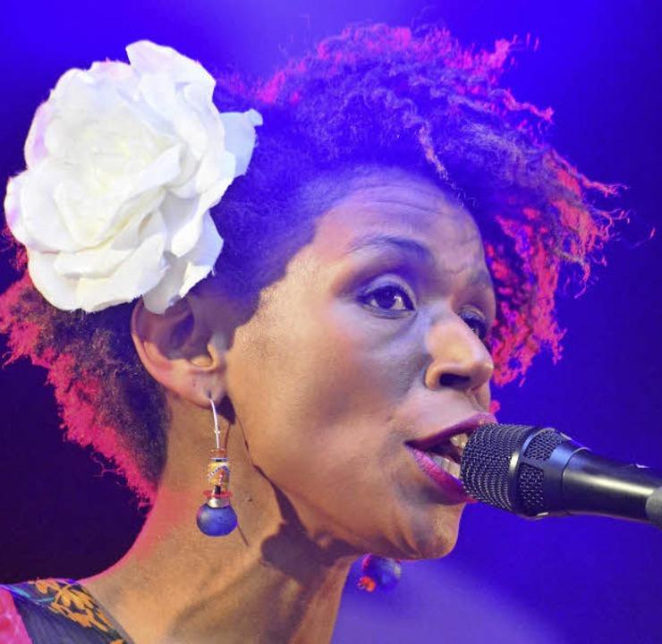 Carmen Souza mit einer Blume à la Billie Holiday und Ed Motta (rechts)   | Foto: Barbara Ruda