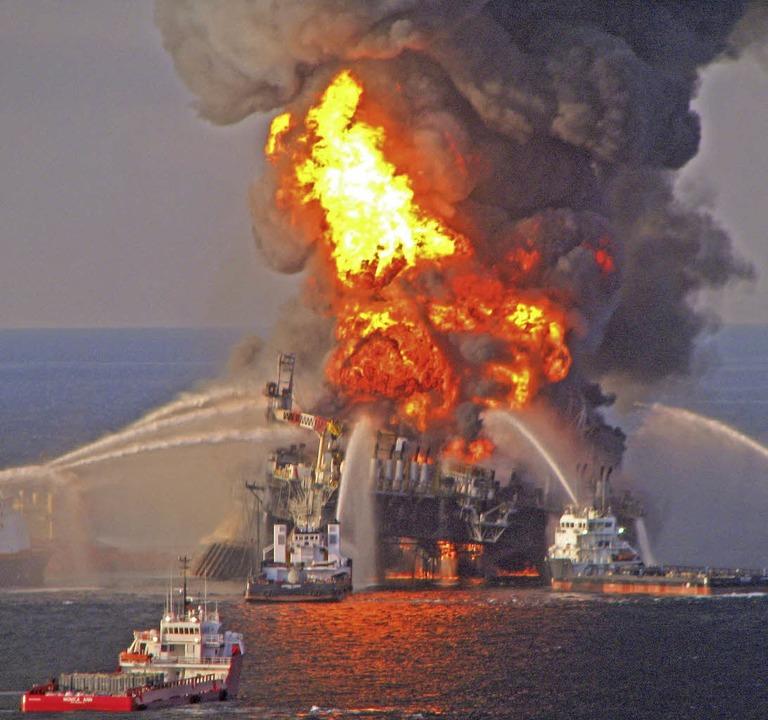 """Die brennende Ölplattform """"Deepwater Horizon"""" 2010    Foto: dpa"""