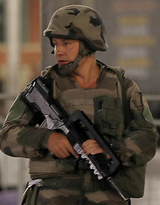 Ein Soldat am Freitag in Nizza am Ort des Attentats     Foto: AFP