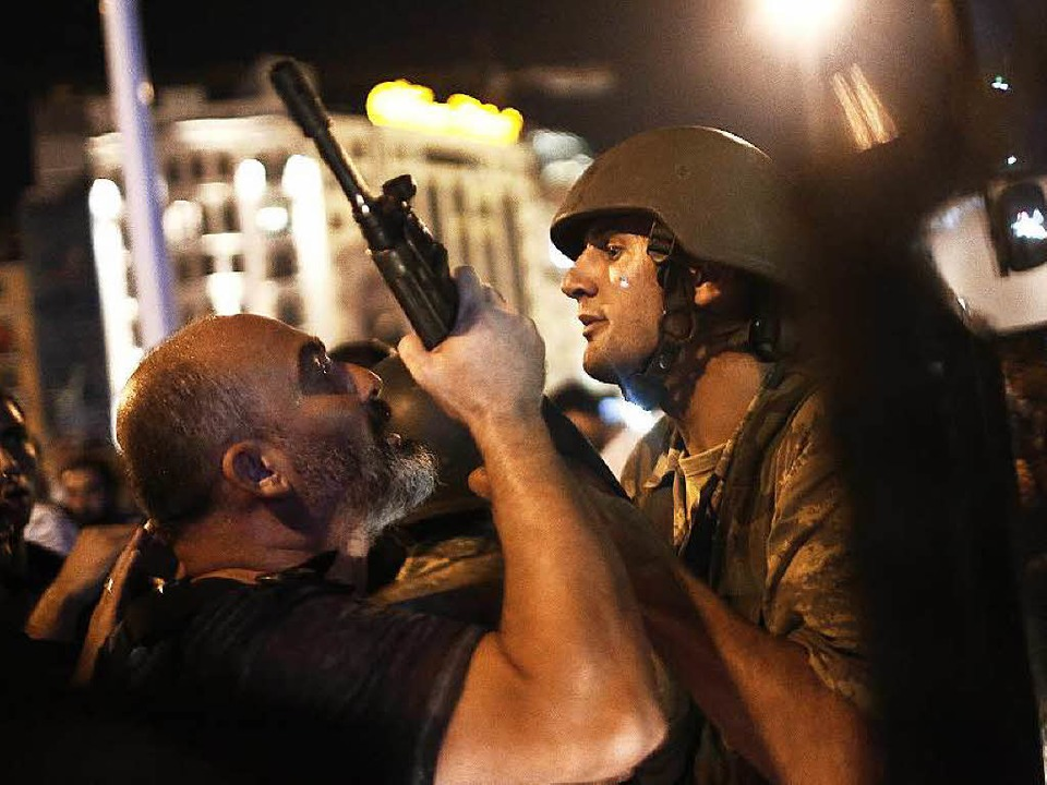 Auf dem Taksim-Platz in Istanbul nimmt...tten einen Putschversuch durchgeführt.  | Foto: dpa