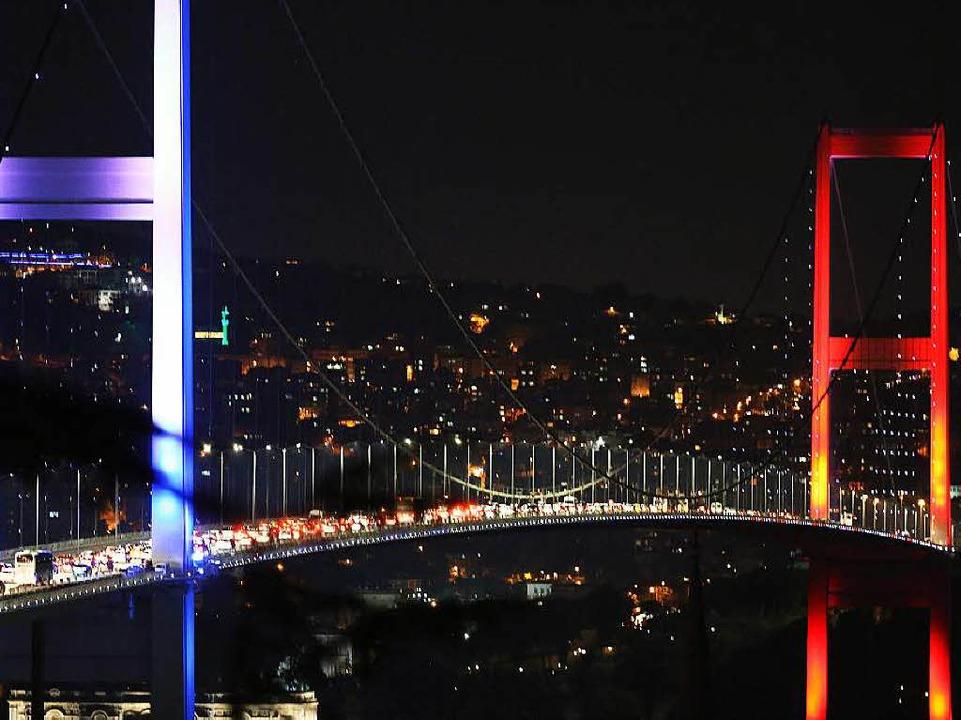Militärs blockierten am Abend die Brücke über den Bosporus  | Foto: dpa