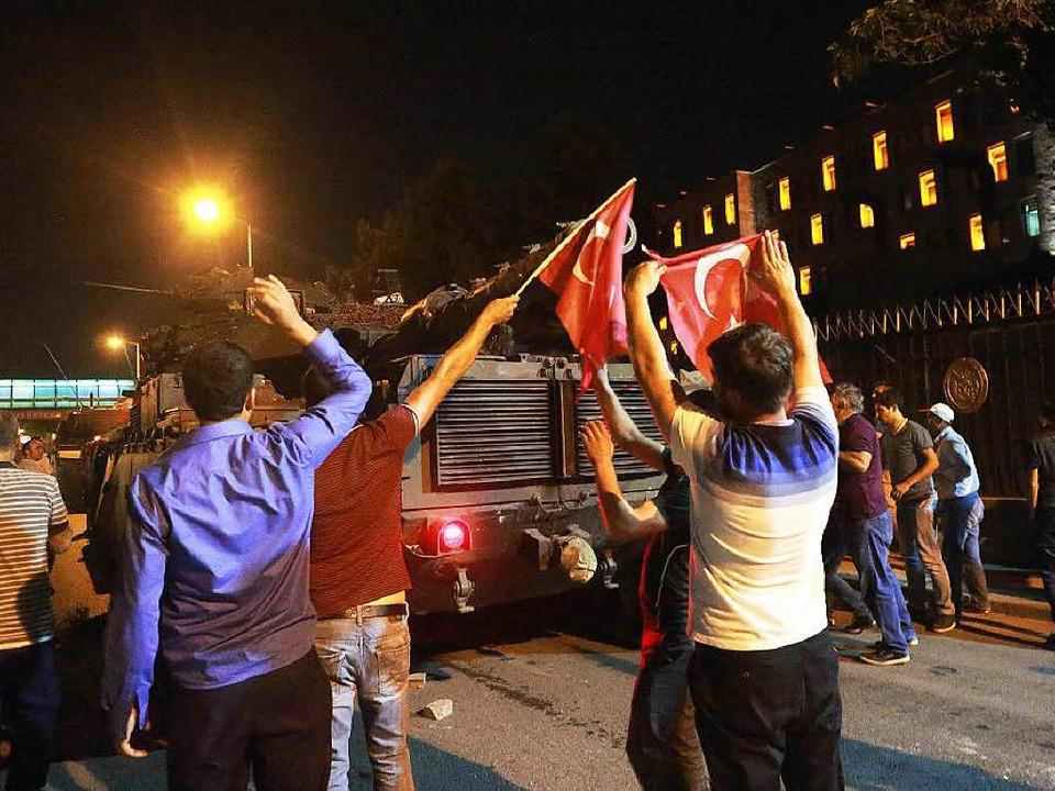 Straßenszene in Ankara: Menschen prote...ärs und stellen sich Panzern entgegen.  | Foto: AFP