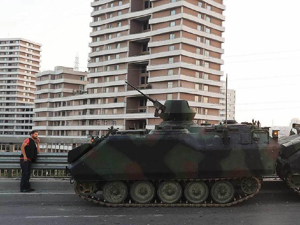 Am Morgen danach: in einer Straße in Istanbul stehen zurück gelassene Panzer.  | Foto: dpa