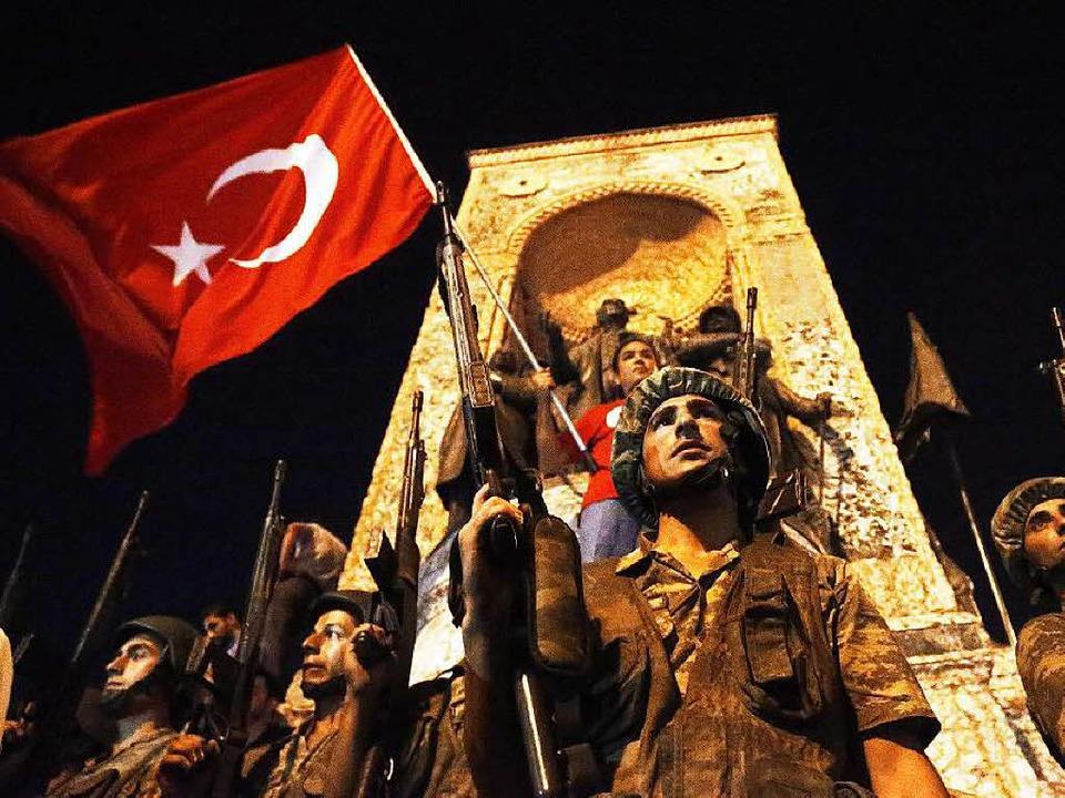 Türkische Soldaten in der Nacht zum Sa... scheint am Samstagmorgen gescheitert.  | Foto: dpa