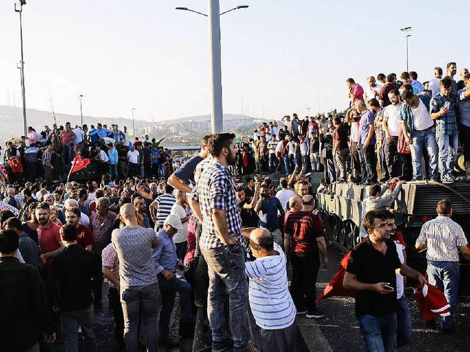 Am frühen Samstagmorgen feiern Mensche...sten auf der Brücke über den Bosporus.  | Foto: AFP