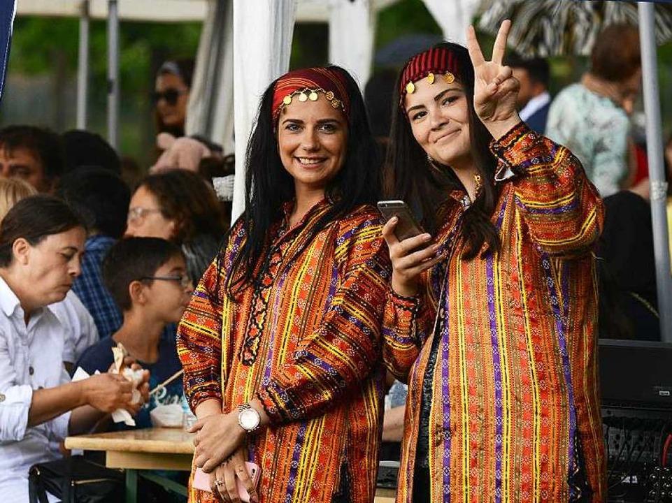 Frauen bei den Deutsch-Türkischen Kult...rotz des Putschversuchs in der Türkei.  | Foto: Rita Eggstein