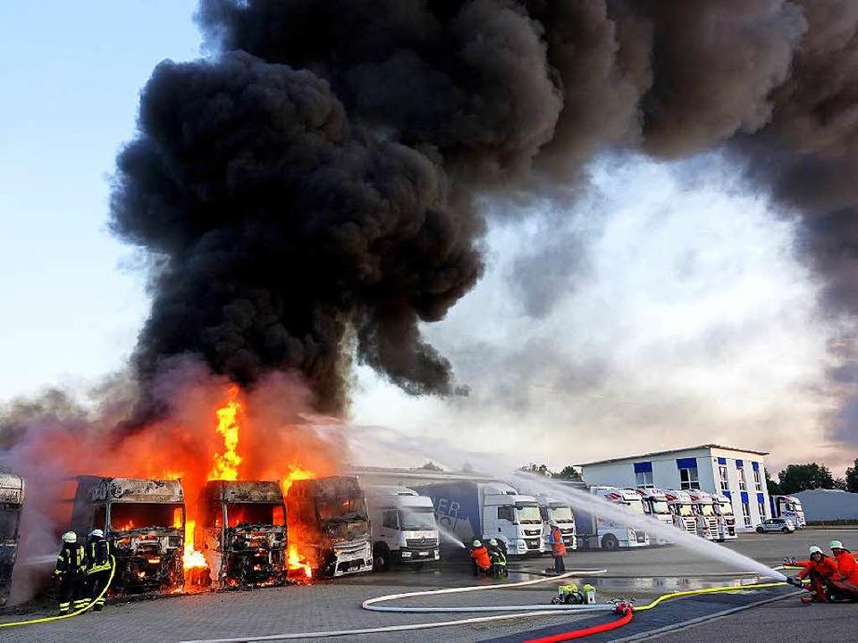 Vier Lastzüge brennen lichterloh auf d...edition im Goldscheurer Gewerbegebiet.    Foto: Lukas Habura