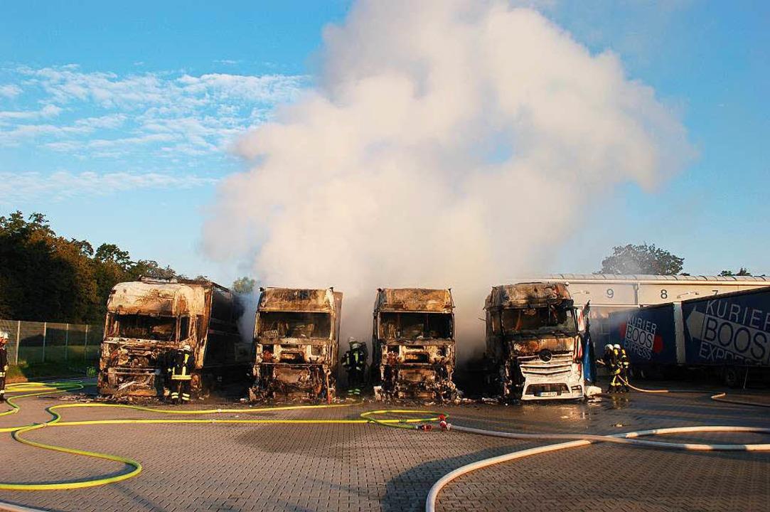 Gegen 7.30 Uhr rauchen die ausgebrannten Lkw's nur noch.    Foto: Ralf Burgmaier