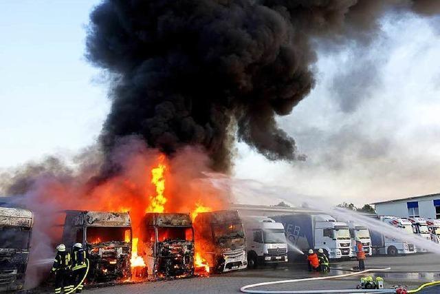 Vier Lastzüge brennen aus – vermutlich Brandstiftung