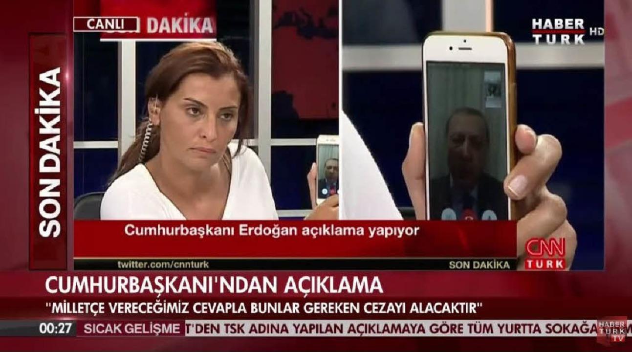 Recep TayyipErdogan auf dem Display e...en Telefonanrufs beimSender CNN Türk.  | Foto: dpa