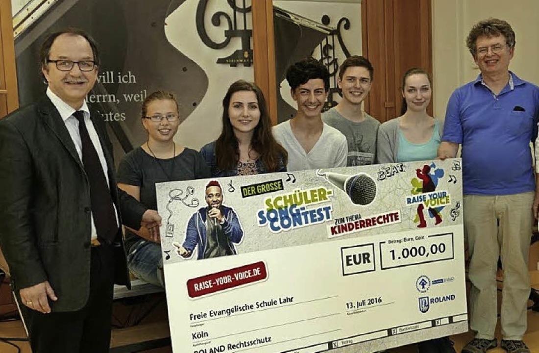 Über den Preis der Gesangsgruppe freue...ach und Musiklehrer Wolfgang Nehlert.     Foto: Schule