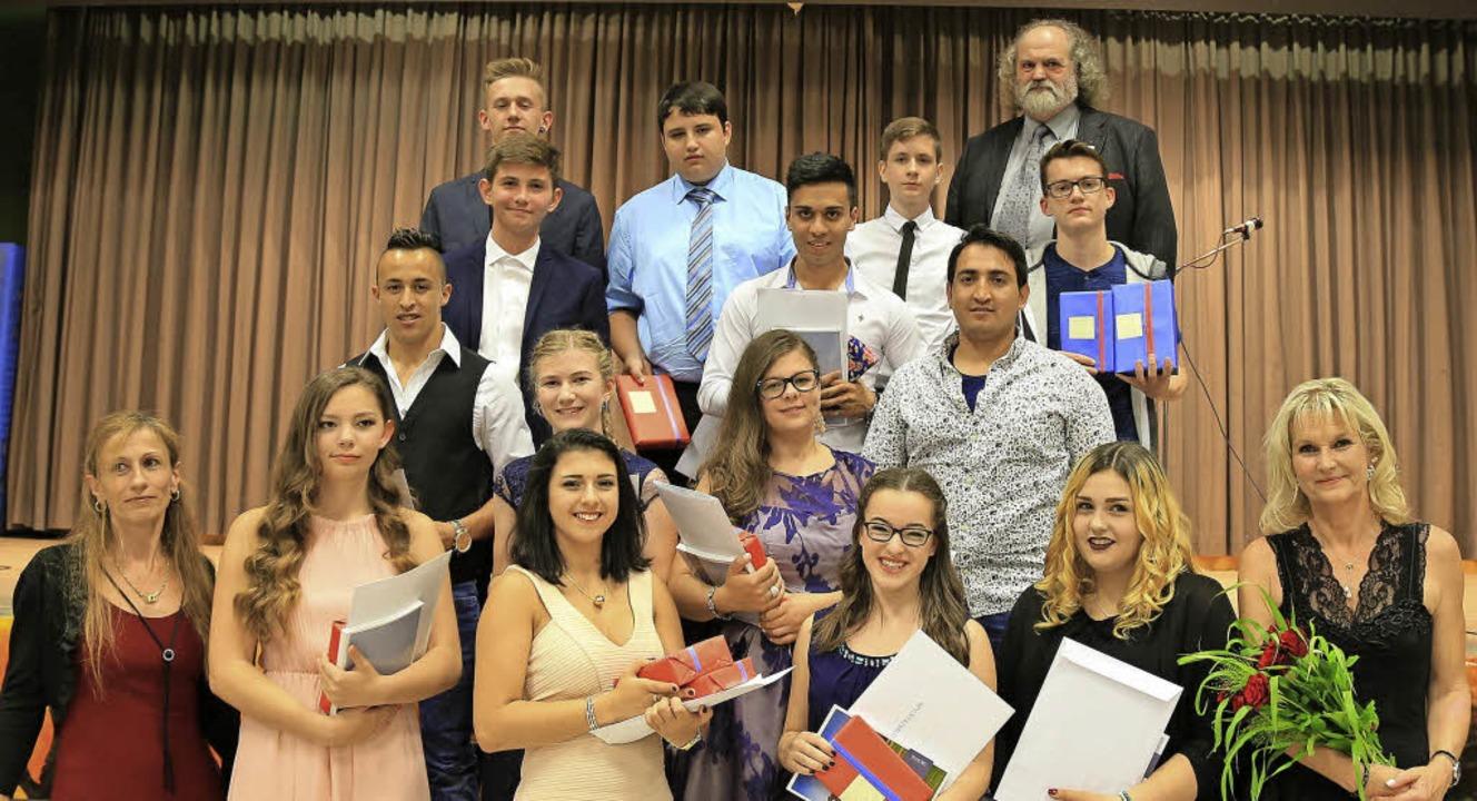 Die Klassenbesten und Preisträger mit ...) und Schulleiter Karl-Heinz Debacher.  | Foto: Sandra DEcoux-KOne
