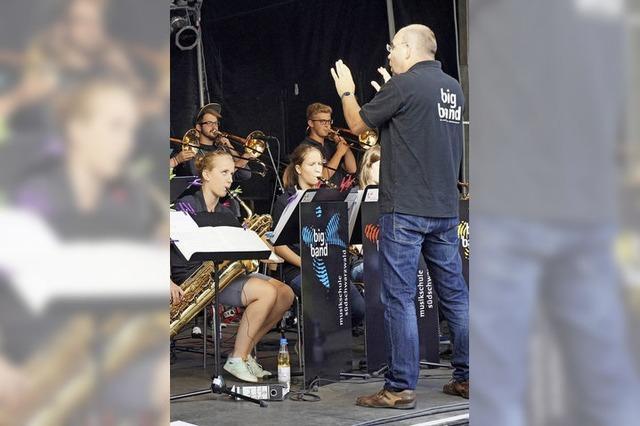 100 Musiker auf vier Bühnen