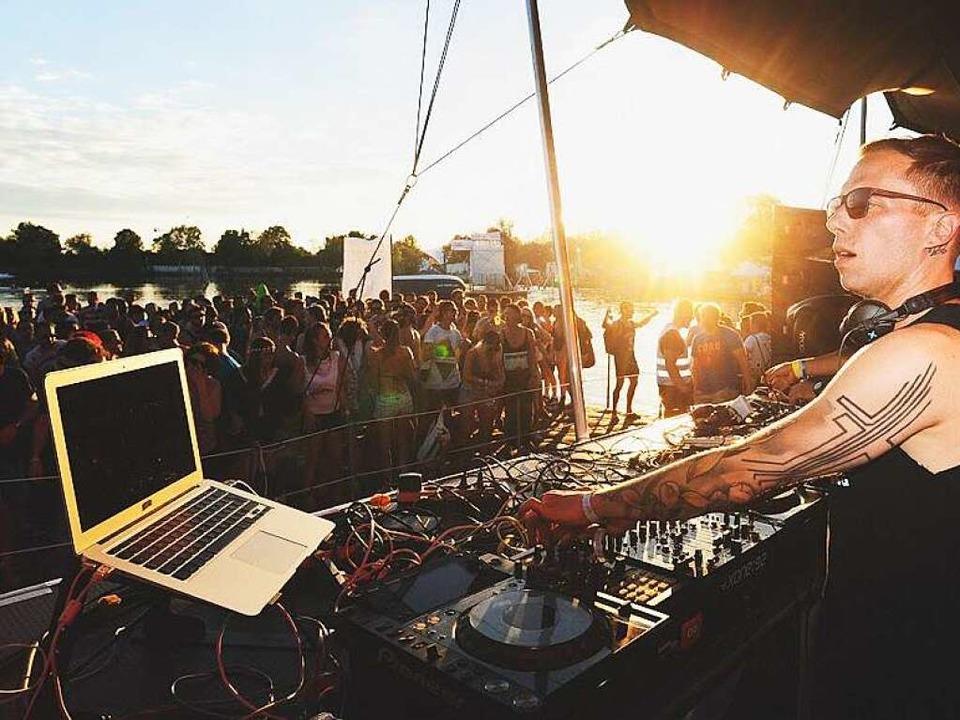 DJ-Gig im Abendlicht am Samstag auf de...ucher kamen zum feiern an den Tunisee.    Foto: Miroslav Dakov
