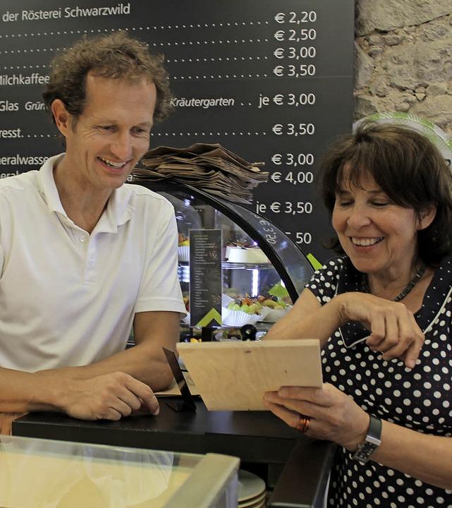 Didi Broscheit  und  Sybille Steinweg ... Bistro mit der Tageskarte zufrieden.   | Foto: Erich Krieger