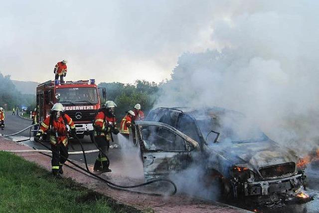 Auto brennt aus, Familie gerettet