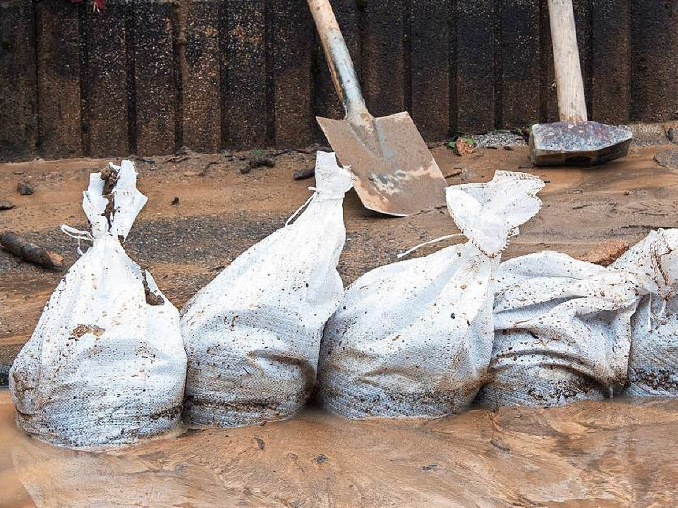 Sandsäcke werden – wie hier in W... 8000 davon liegen in Eschbach bereit.    Foto: dpa