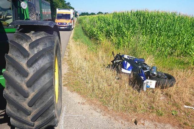Motorrad kollidiert mit Traktor
